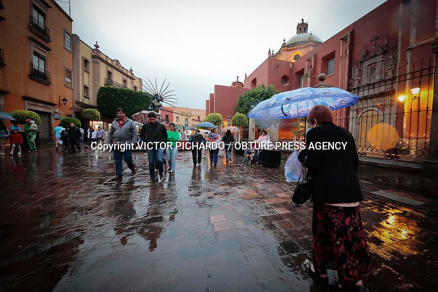 Querétaro, Qro. 18 julio 2015.- Turistas, trabajadores y habitantes del centro histórico fueron sorprendidos esta tarde por una lluvia vespertina. Foto: Victor Pichardo / Obture Press Agency
