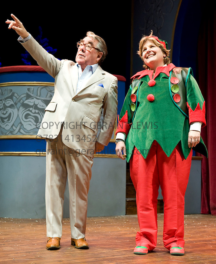 Sandi Toksvig's Christmas Cracker  with Sandi Toksvig, Ronnie Corbett.Opens at The Royal Festival Hall  on 15/12/09. Credit Geraint Lewis