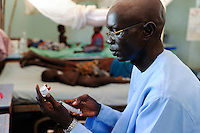 Afrika SUED-SUDAN  Bahr el Ghazal region , Lakes State, Mary Immaculate DOR Hospital der Comboni Missionare im Dinka Dorf Mapuordit , Kinder werden wegen Malaria behandelt /.Africa SOUTH SUDAN  Bahr al Ghazal region , Lakes State, hospital of Comboni Missionaries in village Mapuordit, children are treated of malaria