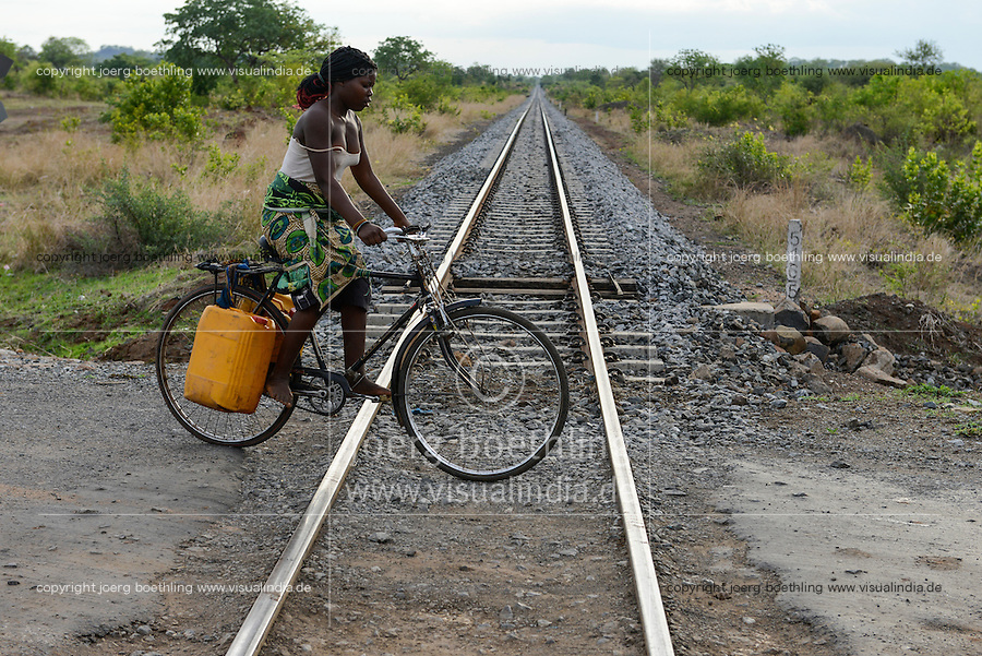 MOZAMBIQUE, Moatize, Cateme, this resettlement was constructed by brazil coal company VALE as compensation for relocated people from Chipanga, where VALE is extending its coal mining operations, new railway track for coal transport to port Beira / MOSAMBIK, Moatize, Siedlung Cateme, fuer die Erweiterung der Kohlemine des brasilianischen Unternehmens VALE wurde die Ortschaft Chipanga abgerissen, die Bewohner wurden 40 km von Moatize enfernt nach Cateme umgesiedelt, neue Bahnstrecke nach Beira fuer den Kohletransport