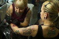SÃO PAULO, 21.07.2013. Movimentação durante o Tattoo Week SP – 2013, encontro internacional de tatuadores e body piercers que reune grandes nomes da arte no corpo em São Paulo, no Expo Center Norte região norte da capital paulista, neste domingo, 21. (Foto: Amauri Nehn / Brazil Photo Press).