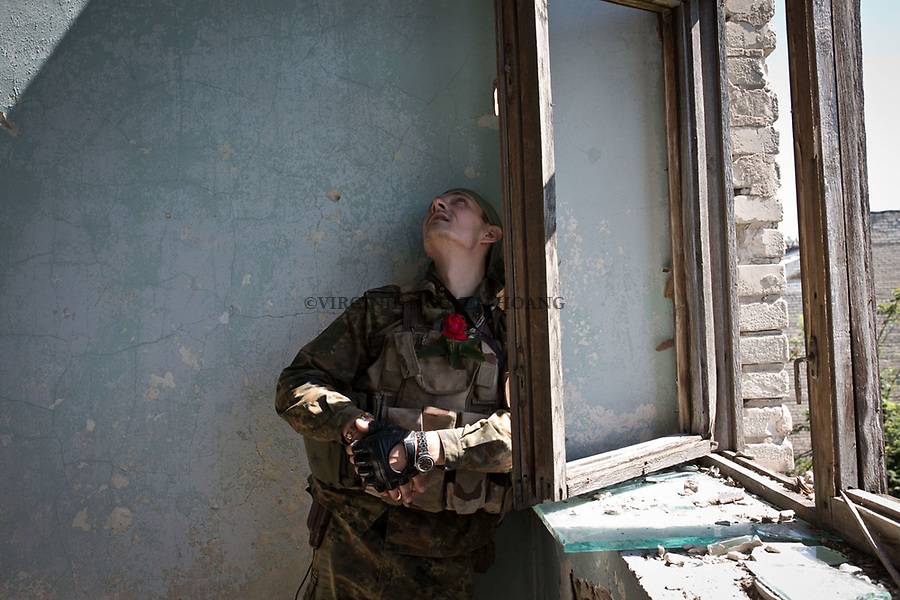 UKRAINE, Pisky: Vladimir, 29 year old and member of the 93 brigade is checking the damages of a music school that has been shelled. <br /> <br /> UKRAINE, Pisky: Vladimir, 29 ans et membre de la brigade 93 v&eacute;rifie les dommages d'une &eacute;cole de musique qui a &eacute;t&eacute; bombard&eacute;e.