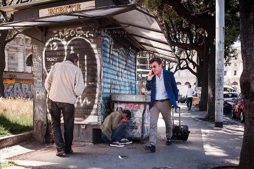 Un uomo cammina in una zona di assoluto degrado a pochi metri dalla Stazione Termini Termini.<br /> A man walking in a sleazy area close to the Termini train station.