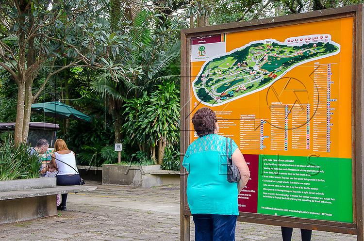Mulher lendo mapa de localização na Fundação Parque Zoológico de São Paulo, São Paulo - SP, 02/2016.