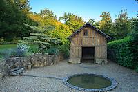 """Jardins du pays d'Auge (mention obligatoire dans la légende ou le crédit photo):.""""le jardin de la lune"""" avec à gauche Cornus contreversa 'Variegata' et Catalpa doré derrière."""