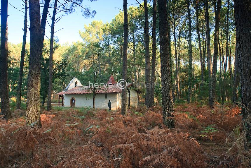 France, Aquitaine, Landes, 40, Moliets-et-Maa, Maa, Chapelle Saint-Laurent ou Chapelle Saint-Laurent-de-Maa en pleine forêt de pins // France, Aquitaine, Landes, Moliets-et-Maa, Maa, Chapel Saint-Laurent or Chapel Saint-Laurent-de-Maa in a forest of pines