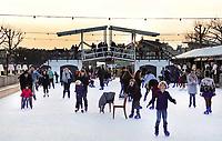 Nederland - Amsterdam - december 2018. IJsbaan op het Museumplein. Boven de ijsbaan een replica van de Magere Brug.      Foto Berlinda van Dam / Hollandse Hoogte