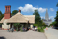 Ireland, County Kerry, Killarney: Deenagh Lodge cafe with St. Mary's Cathedral | Irland, County Kerry, Killarney: Deenagh Lodge cafe mit St. Mary's Cathedral