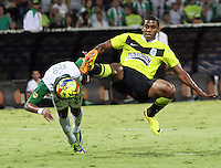 MEDELLIN -COLOMBIA- 15 -12-2013. Orlando Berrio (Izq) de Nacional disputa el balón con Harrison Mujica (Der) del Deportivo Cali durante partido de vuelta por la final de la Liga Postobón II 2013 jugado en el estadio Atanasio Girardot de la ciudad de Medellín./ Nacional Player Orlado Berrio (L) fights for the ball with Deportivo Cali player Harrison Mujica (R) during second leg match for the final of the Postobon League II 2013 at Atanasio Girardot stadium in Medellin city. Photo: VizzorImage / Felipe Caicedo / Staff
