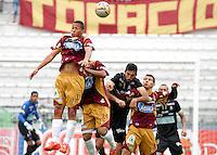 MANIZALES - COLOMBIA, 20-09-2015: Jorge Menosse (Centro Der) de Once Caldas disputa el balón con Andres Ibarguen (Izq), Alvaro Cabas (centro Izq) y Robin Ramirez (Der) de Deportes Tolima  durante partido por la fecha 13 de la Liga Águila II 2015 jugado en el estadio Palogrande de la ciudad de Manizales. / Jorge Menosse (Center R) of Once Caldas vies the ball with Andres Ibarguen (L), Alvaro Cabas (Center L) and Robin Ramirez (R) during match valid for the 13th date of the Aguila League II 2015 played at Palogrande stadium in Manizales city. Photo: VizzorImage / Santiago Osorio /
