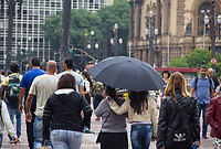 SÃO PAULO,SP, 07.04.2017 - CLIMA-SP - Pedestres se protegem de garoa no viaduto do Cha em Sao Paulo, nesta sexta-feira 07 (Foto: Danilo Fernandes/Brazil Photo Press)
