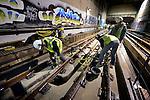 """SPIJKENISSE - Tot in de vroege morgen plaatsen medewerkers van De Jong Betonboringen uit Wormerveer namens STRABAG Rail Nederland nieuwe railankers voor nieuwe wissels. In opdracht van de RET worden tijdens de herfstvakantie ondermeer tijdens een gedeeltelijke buitendienststelling bij de metrotunnel ingang Spijkenisse, complete wisselcomplexen vervangen waarbij oude railankers uitgeboord en de vrijgekomen sparingen zoveel als mogelijk hergebruikt worden. """"In minder dan 24 uur tijd,"""" legt algemeen directeur Gilbert Meurs van De Jong Betonboringen uit, """"boren en plaatsen we 3.300 railankers terwijl de metro gewoon langs ons heen blijft rijden."""" Hoewel slechts één vier kilometer lang metrospoor tussen de stations Tussenwater en eindpunt Akker beschikbaar is, blijft het wel uitkijken voor de betonboorders. """"We zetten dan ook vanzelfsprekend vakbekwame en MBO opgeleide betonboorders in,"""" aldus Meurs. Hoewel de RET de klus al lang geleden gepland heeft, komt het deze week extra lastig uit omdat wegens renovatiewerkzaamheden op de Hartelbrug, Rijkswaterstaat juist had opgeroepen gebruik te maken van het openbaar vervoer. COPYRIGHT TON BORSBOOM"""