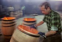 Europe/France/Poitou-Charentes/16/Charente/Cognac: Tonnellerie Seguin Moreau - La chauffe des tonneaux [Non destiné à un usage publicitaire - Not intended for an advertising use]<br /> PHOTO D'ARCHIVES // ARCHIVAL IMAGES<br /> FRANCE 1990