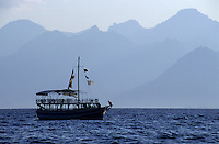 Europe/Turquie/Antalya : Bateau à l'entrée du port et relief
