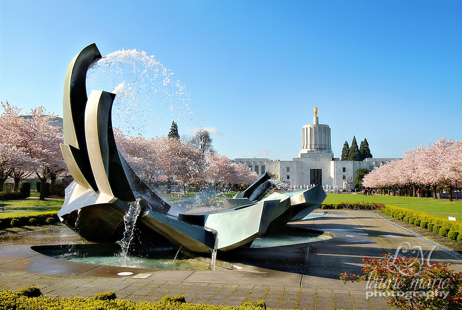Fountain in the capital mall in front of Salem, Oregon's capital building