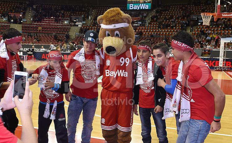 Basketball 1. Bundesliga 2015/2016  02.10.2015 1. Spieltag FC Bayern Muenchen - EWE Baskets Oldenburg Gruppenbild mit dem FC Bayern Maskottchen Berni und Fluechtlingskinder, der FC Bayern hat die Kinder in den Audi Dome eingeladen.