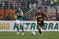 ATENÇÃO EDITOR: FOTO EMBARGADA PARA VEÍCULOS INTERNACIONAIS - SÃO PAULO, SP, 06 DE SETEMBRO DE 2012 - CAMPEONATO BRASILEIRO - PALMEIRAS x SPORT: Gilsinho (d) e Henrique (e) durante partida Palmeiras x Sport Recife, válida pela 22ª rodada do Campeonato Brasileiro no Estádio do Pacaembú. FOTO: LEVI BIANCO - BRAZIL PHOTO PRESS