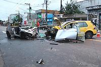 SAO PAULO, SP, 16 DEZEMBRO 2012 - ACIDENTE TRANSITO AUTO X AUTO - A colisao de dois veiculos na Av Joao XXIII deixou cinco pessoas feridas e um obito no local. Um dos carros aparentemente invadiu acontra mao, ocasionando a colisao frontal. As vitimas foram socorridas pelos Bombeiros e encaminhadas a hospitais da regiao. FOTO: LUIZ GUARNIERI / BRAZIL PHOTO PRESS).