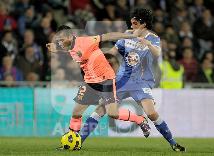 FC Barcelona's Daniel Alves (l) and Getafe's Daniel Parejo during La Liga match.November 07,2010. (ALTERPHOTOS/Acero)