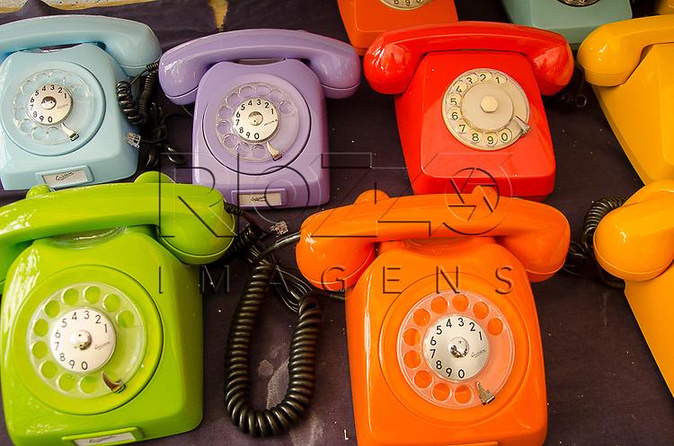 Aparelhos de telefone coloridos com discagem analógica são expostos na feira de antiguidades na praça Benedito Calixto, São Paulo - SP, 10/2014.