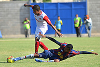 RIOHACHA -COLOMBIA-26-06-2013. Armando Vargas (D) de Unión Magdalena disputa el balón con Daniel Machacon (I) de U. Autónoma durante el partido de ida de la final del Torneo Postobón I-2013 en el estadio Federico Soto Serrano de la ciudad de Riohacha./ Union Magdalena player Armando Vargas (R) fights for the ball with Daniel Machacon (L) of U Autonoma on the first match of the final of Postobon Tournament I-2013 at Federico Soto Serrano stadium in Riohacha. Photo: VizzorImage/Alfonso Cercantes/STR