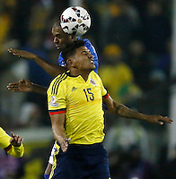 SANTIAGO DE CHILE- CHILE - 17-04-2015: Alexander Mejia (Der.) jugador de Colombia, disputa el balón con Thiago (Izq.) jugador de Brasil durante partido Colombia y Brasil, por la fase de grupos, Grupo C, de la Copa America Chile 2015, en el estadio Monumental en la Ciudad de Santiago de Chile. / Alexander Mejia (R) player of Colombia, vies for the ball with Thiago (L) player of Brasil, during a match between Colombia and Brasil for the group phase, Group C, of the Copa America Chile 2015, in the Monumental stadium in Santiago de Chile city. Photos: VizzorImage /  Photosport / Andres Piña / Cont.