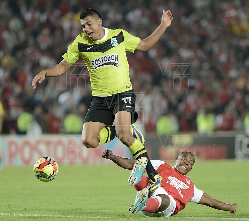 BOGOTÁ -COLOMBIA, 28-11-2013. Marino Garcia (Der) de Independiente Santa Fe disputa el balón con Jefferson Duque (Izq) del Atlético Nacional durante partido por la fecha 1 de los cuadrangulares finales de la Liga Postobón  II 2013 jugado en el estadio Nemesio Camacho el Campín de la ciudad de Bogotá./ Independiente Santa Fe player Marino Garcia (R) fights for the ball with Atletico Nacional player Jefferson Duque (L) during match for the first date of final quadrangulars of the Postobon  League II 2013 played at Nemesio Camacho El Campin stadium in Bogotá city. Photo: VizzorImage/ Gabriel Aponte /