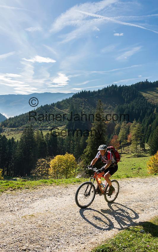 Austria, Styria, near Ardning: mountainbiker approaching Ardning alpine pasture hut | Oesterreich, Steiermark, bei Ardning: Mountainbiker auf dem Weg zur Ardninger Alm Huette