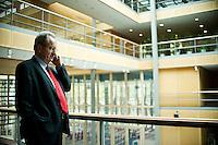 Berlin, der Oberbürgermeister von München, Christian Ude (SPD), telefoniert am Donnerstag (02.05.13) in der Landesvertretung Nordrhein-Westfalen in Berlin bei einem Treffen der SPD-Ministerpräsidenten..Foto: Steffi Loos/CommonLens