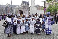 Nederland  Amsterdam - 2018.  Memre Waka optocht door de stad. Op 1 juni wordt in Amsterdam met de herdenkingstocht Memre waka de jaarlijkse Keti koti-maand geopend, die op 1 juli eindigt met de viering van de afschaffing van de slavernij (1 juli 1863). Deze mars wordt georganiseerd door stichting Eer en Herstel en vereniging Opo Kondreman, in samenwerking met onder meer NINSEE en de Black Heritage Tours. De dresscode is blauw/wit. Kranslegging op de Dam.   Foto mag niet in negatieve / schadelijke context gebruikt worden.   Foto Berlinda van Dam / Hollandse Hoogte.
