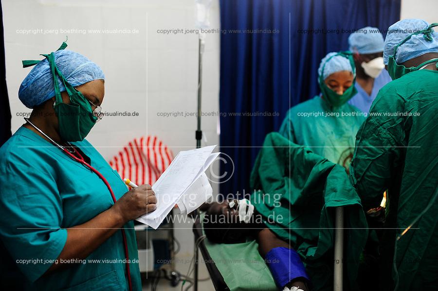 TANZANIA, Korogwe, village Kwalukonge, KWALUKONGE HEALTH CENTRE , surgery of woman / TANSANIA, Korogwe, KWALUKONGE HEALTH CENTRE, Krankenhaus der Rosminian Fathers und Usambara Sisters in Kwalukonge, Operationsaal, Patientin MARIAM ISSA, hat einen Tumor in der Gebaermutter