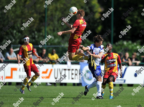 2010-09-05 / Voetbal / seizoen 2010-2011 / KSK Heist - Tubeke / Glenn Van Asten (Heist) is verrast door de sprongkracht van Lacciatore..Foto: Mpics