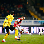 Nederland, Venlo, 25 januari 2013.Eredivisie.Seizoen 2012-2013.VVV Venlo-AZ.Adam Maher (r.) van AZ geeft een pass. Links Aleksandar Radosavljevic van VVV Venlo..