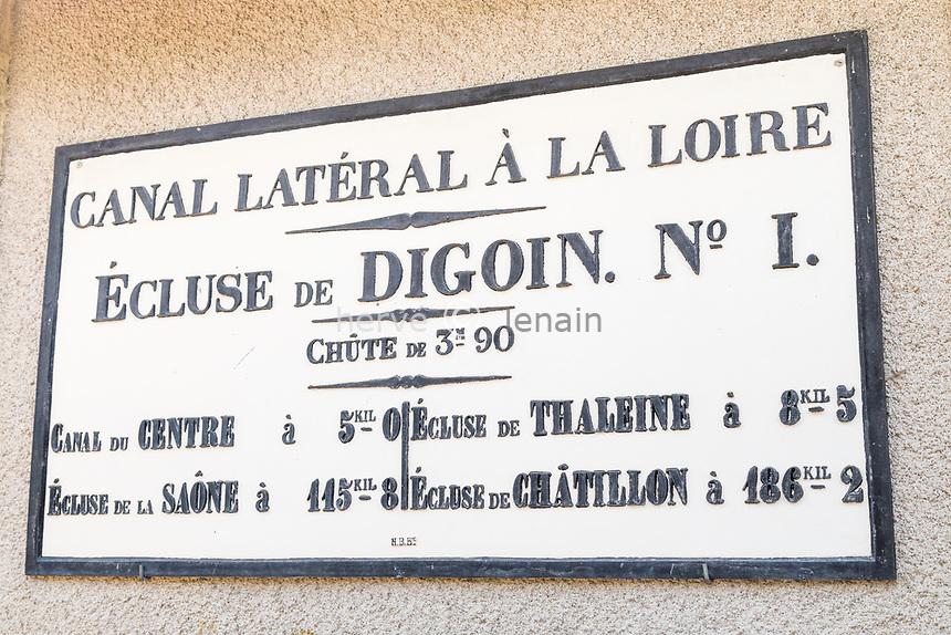 France, Saône-et-Loire (71), Digoin, canal latéral à la Loire, plaque sur maison éclusier // France, Saone-et-Loire, Digoin, lateral canal at Loire river, plate on lock house
