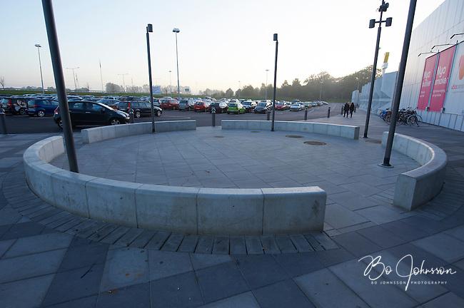 Sektionsmur, betongmurssegment monterade som en cirkel pa Vala Centrum i Odakra, Helsingborg. <br /> Tillverkad prefabricerad av S:t Eriks at Skanska Sverige AB.