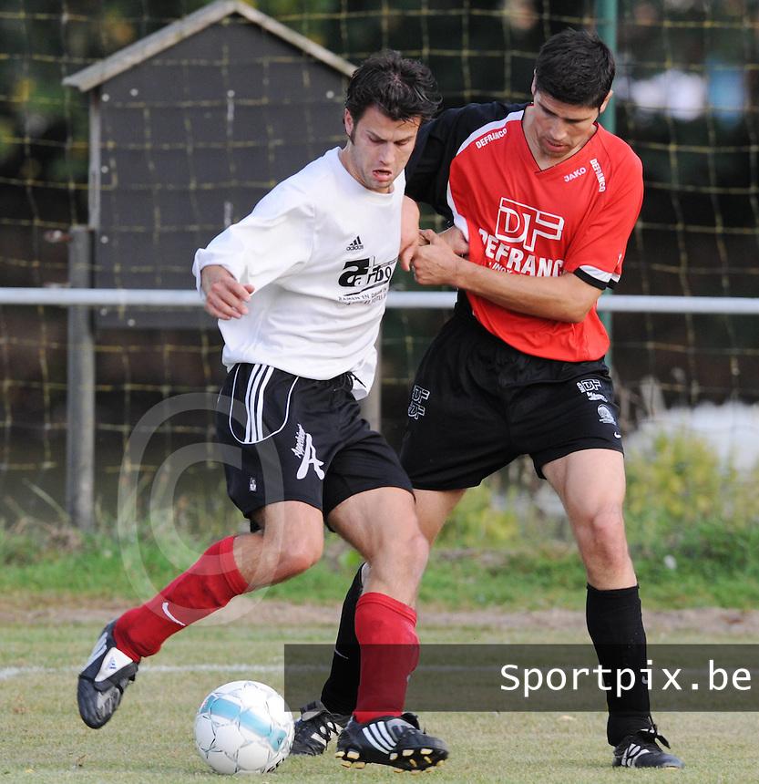 Finale Mandelcup : KFC Izegem - Winkel Sport..Tom Coghe aan de bal met naast zich Chris Duquesne (rechts)..foto VDB / BART VANDENBROUCKE