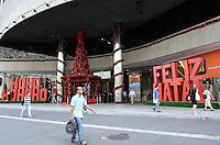 ATENCAO EDITOR: FOTO EMBARGADA PARA VEICULOS INTERNACIONAIS. SAO PAULO, SP, 03 DE DEZEMBRO DE 2012 - Decoracao de Natal do Center 3, na Avenida Paulista e vista na manha desta segunda feira, 03, regiao central da capital. FOTO: ALEXANDRE MOREIRA - BRAZIL PHOTO PRESS.