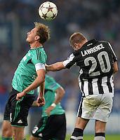 FUSSBALL   CHAMPIONS LEAGUE   SAISON 2013/2014   PLAY-OFF FC Schalke 04 - Paok Saloniki        21.08.2013 Benedikt Hoewedes (FC Schalke 04) gegen Liam Lawrence (re, Paok)