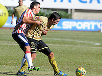 ITAGÜI - COLOMBIA - 20-09-2013: Omar Rodriguez (Der.) jugador del Itagüi Ditaires disputa el balón con Guillermo Celis (Izq.) jugador del Atletico Junior durante el partido en el estadio Ditaires de la ciudad de Itagüi, septiembre 20 de 2013. Itagüi Ditaires y Atletico Junior durante partido por la decima  fecha de las de la Liga Postobon II. (Foto: VizzorImage / Luis Rios / Str). Omar Rodriguez (R), player of Itagüi Ditaires vies for the ball with Guillermo Celis (L) player of Atletico Junior during a math in the Ditaires Stadium in Itagüi city, September 20, 2013. Itagüi Ditaires and Atletico Junior in a match for the tenth round of the Postobon II League. (Photo: VizzorImage / Luis Rios / Str).