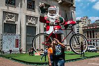 SÃO PAULO, SP, 15.12.2014 PAPAI NOEL GIGANTE NA PREFEITURA - Populares observam o Papai Noel gigante montado em frente a Prefeitura de São Paulo, na manhão desta segunda - feira (15), na região central de São Paulo. (Foto: Taba Benedicto/ Brazil Photo Press)