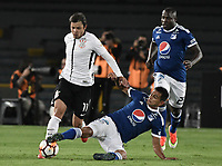 BOGOTA - COLOMBIA, 28-02-2018: David Macalister Silva (Der) jugador de Millonarios de Colombia disputa el balón con Angel Romero (Izq) jugador de Corinthians de Brasil durante partido por la fecha 1, grupo 7, de la CONMEBOL Libertadores 2018 jugado en el estadio Nemesio Camacho El Campin de la ciudad de Bogotá. / David Macalister Silva (R) player of Millonarios of Colombia fights for the ball with Angel Romero (L) player of Corinthians of Brasil during match for the date 1, group 7, of the CONMEBOL Libertadores 2018 played at Nemesio Camacho El Campin stadium in Bogota city. Photo: VizzorImage / Gabriel Aponte / Staff.