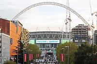 Blick auf Wembley Stadium mit der Ankündigung des Spiels - 10.11.2017: England vs. Deutschland, Freundschaftsspiel, Wembley Stadium
