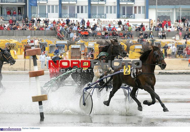 Duhner Wattrennen im Nordseeheheilbad Cuxhaven -Trabrennen auf dem Meeresgrund.<br /> <br /> Fahrer mit ihren Pferden und Sulkys rasen ueber den Rennkurs vor dem Duhner Strand und der Promenade - es fŁhrt hier beim ersten Trab-Rennen der sp&scaron;tere Sieger Jacobus Snoek (Nr. 2, Niederlande) mit der Stute Don't Know) vor HansjŲrg GrŲber mit Xerox (Nr. 11) .<br /> <br /> Foto &copy; nordphoto / Volker Sarbach<br /> <br />  *** Local Caption *** Foto ist honorarpflichtig! zzgl. gesetzl. MwSt.<br /> <br />  Belegexemplar erforderlich<br /> <br /> Adresse: nordphoto<br /> <br /> Georg-Reinke-Strasse 1<br /> <br /> 49377 Vechta