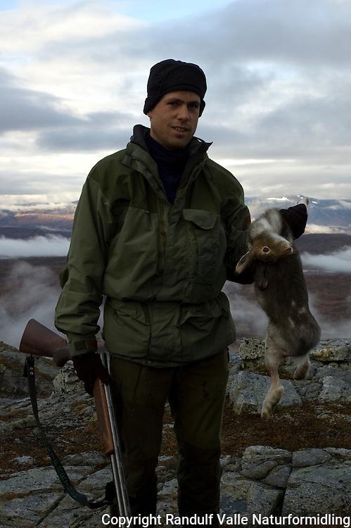 Jeger med hare skutt på støkkjakt ---- Hunter with hare