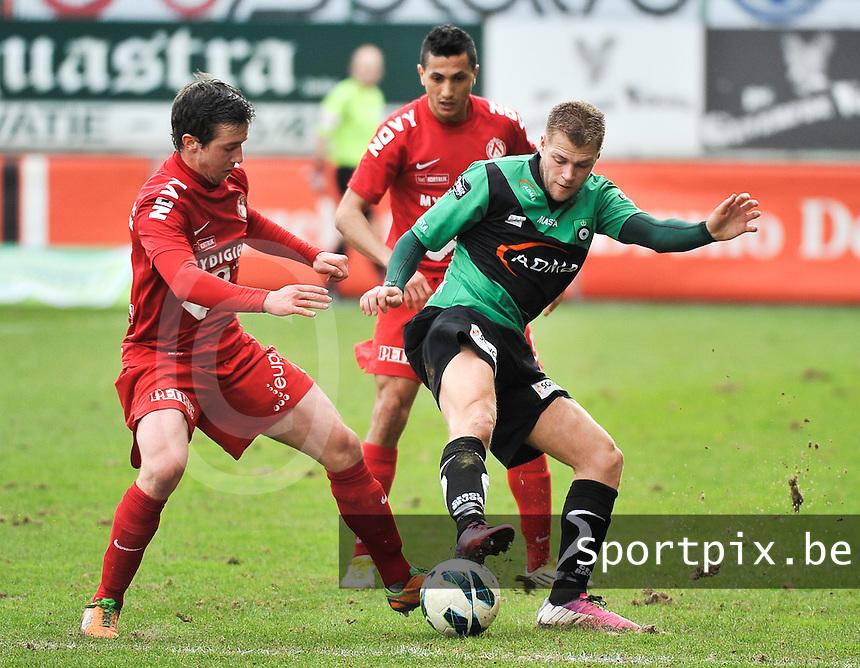 KV Kortrijk - Cercle Brugge : duel tussen Brecht Dejaegere (links) en Joey Godee (rechts).foto VDB / BART VANDENBROUCKE