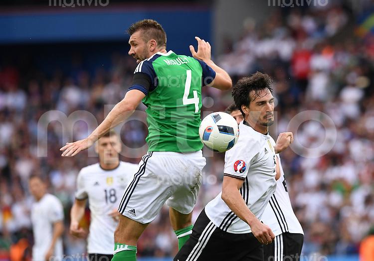 FUSSBALL EURO 2016 GRUPPE C IN PARIS Nordirland - Deutschland     21.06.2016 Gareth McAuley (li, Nordirland) gegen Mats Hummels (re, Deutschland)