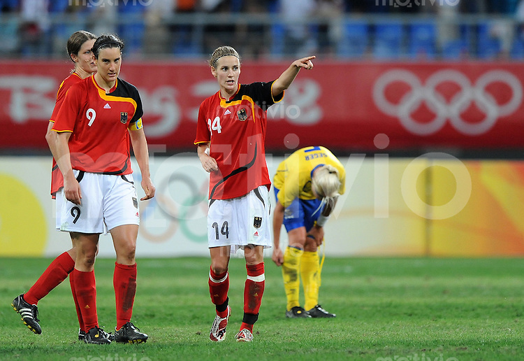 Olympia 2008  Peking  Fussball  Frauen   15.08.2008 Schweden - Deutschland Simone LAUDEHR (r) steht gestikulierend neben Birgit PRINZ (GER).
