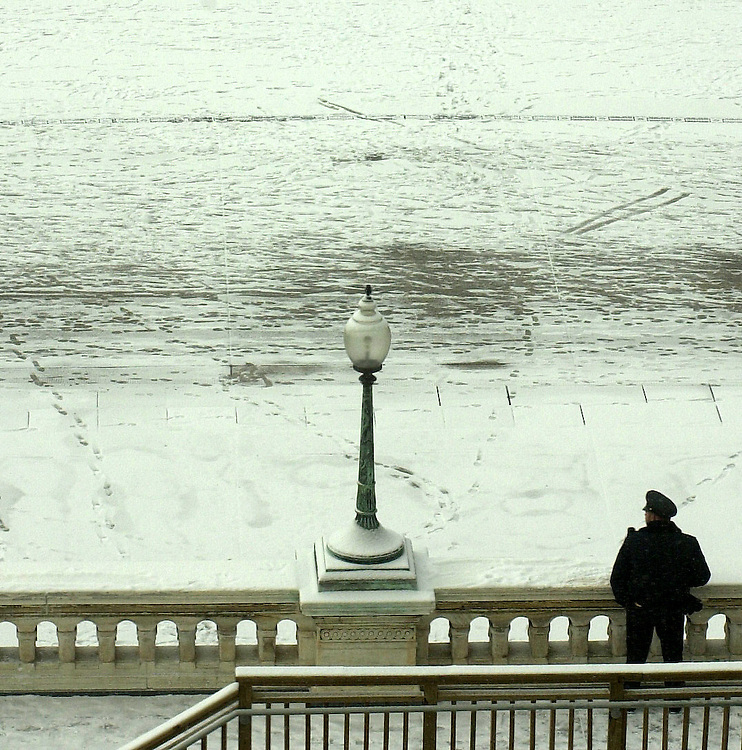 snow5/012103 -  A lone police officer keeps watch as snow falls in front of the Capitol.