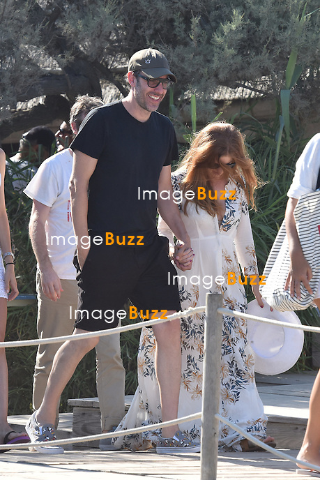 Sacha Baron Cohen, sa femme Isla Fisher, Bono et sa femme Ali  et No&ecirc;l Gallagher et sa femme Sara Mcdonald arrivent au Club 55 &agrave; Saint-Tropez.<br /> France, Saint-Tropez, le 19 ao&ucirc;t 2015. <br /> Sacha Baron Cohen, his wife Isla Fisher, Singer Bono &amp; his wife Ali, No&euml;l Gallagher &amp; his wife Sara Mcdonald arrive at Club 55 in Saint-Tropez.<br /> France, Saint-Tropez, 19 August 2015.