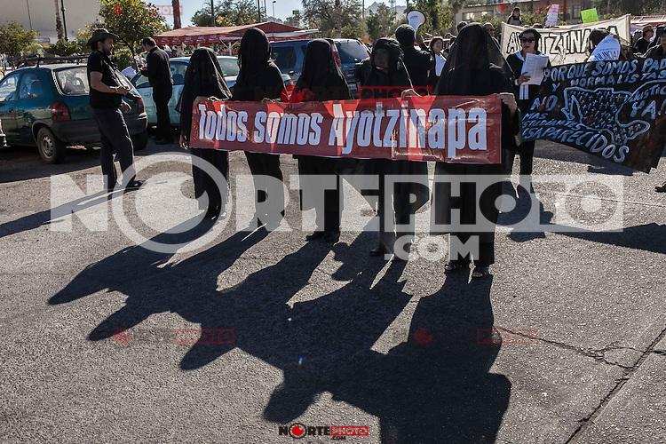 Salen a marchar en ciudaddes de todo Mexico por caso Ayotzinapa.<br /> Marchan ciudadanos<br />  de Hermosillo  al Congreso del Estado exigiendo justicia<br /> <br /> Hermosillenses marcharon rumbo al Congreso del Estado y tomaron las instalaciones, exigiendo justicia por los diferentes crímenes que se dan en el paí<br /> s , entre ellos los 43 estudiantes normalistas desapaerecidos en Ayotzinapa en el estado de Guerrero.<br /> <br /> Creditofoto: BetoRobles/NortePhoto